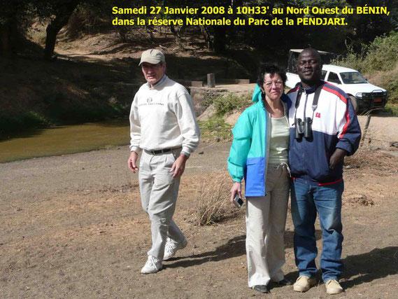 de G. à D. Dany, Paulette, Adamou AKPANA sur la rive de la PENDJARI côté Burkina Faso. 437 KO. Adamou AKPANA, notre guide sympa au Parc de la Pendjari, propriétaire et chauffeur de notre 4X4.