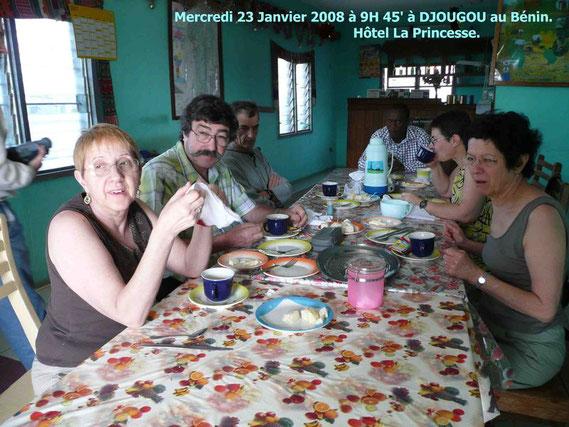 Petit déjeuner au matin du mercredi 23 Janvier à DJOUGOU. 329 KO.