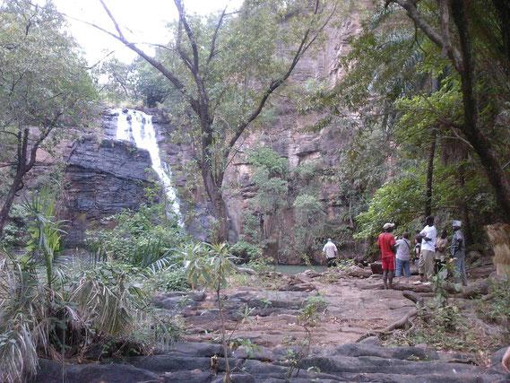 Chute de Kota à environ 15 Km au Sud/Est de Natitingou. Bonne baignade après la marche et l' escalade pour arriver au bassin d'environ 45 X 30 mètres. L' eau est propre et presque tiède.