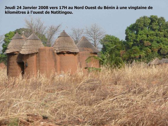 TATA SOMBA au Nord Ouest du Bénin et Nord Est du TOGO, vous ne trouverez pas ces superbes contructions ailleurs en Afrique !  426 Ko.