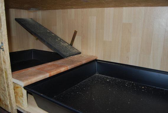 die Treppe ins obere Stockwerk. Sie können also hoch und runter , raus und rein, ganz wie die Süßen es wollen :)