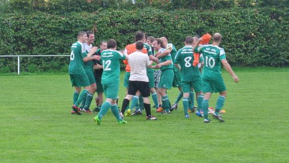 Sonderovationen für Azendorf von der ganzen Mannschaft. Der Joker kam in der 83. Minute und besiegelte in der 86. den Heimsieg für unseren SSV gegen Bad Köstritz.