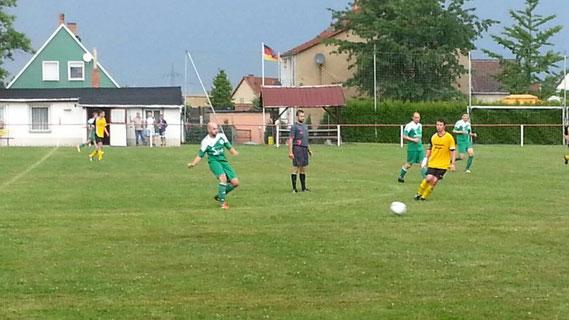 Gegen die Nachbarn aus Pölzig musste unser SSV lange um die Torerfolge ringen. Hier verteilt Tobias Muxfeldt, späterer Torschütze zum 0:2, den Ball.