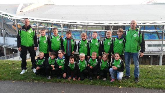 Überraschung gelungen! Die strahlenden Gesichter unserer E-Junioren vor tollem Stadionpanorama in Leipzig.