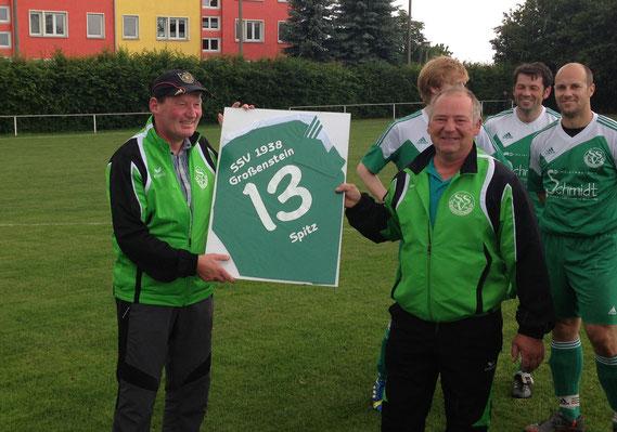 Nach 13 Jahren auf der Trainerbank der 1. Männermannschaft verabschiedete Olaf Beer und der SSV am Samstag Enrico Pohl in die wohlverdiente Trainerrente. Zum Abschied gab's einen 6:0-Heimsieg gegen Starkenberg/Dobitschen.