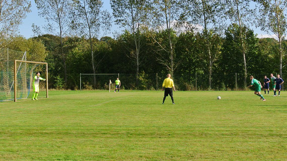Andre Franke im Elfmeterduell mit SVL-Keeper Gerrit Schulz mit besseren Ausgang für unseren Libero. Zuvor ging der Torhüter der Hausherren im Strafraum gegen Schmidt zu robust zur Sache.