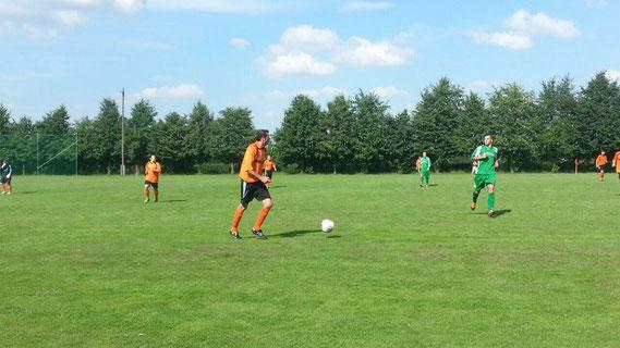 Szene aus dem Spiel gegen Lumpzig. Andreas Ude treibt hier das Großensteiner Spiel an. Den Großteil der Partie hatte unser Team aber mit Defensivaufgaben zu tun.