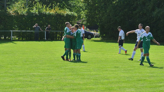 Torschützen unter sich. Christian Schmidt, Martin Azendorf und Lucas Ude bejubeln Azendorf's zweiten Treffer zum 6:2-Endstand. Ude war, wie schon in der Vorwoche im Pokal, ebenfalls mit einem Doppelpack zur Stelle.