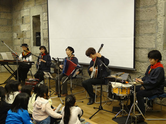 講師の楽団「ラ・ゾーヌ」によるミニコンサート