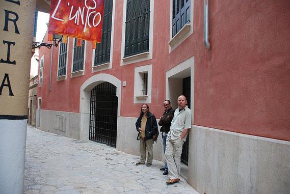 Amador Vallina, Alfredo Álvarez und Martin Schubert vor der Galería L`Unico, Palma de Mallorca