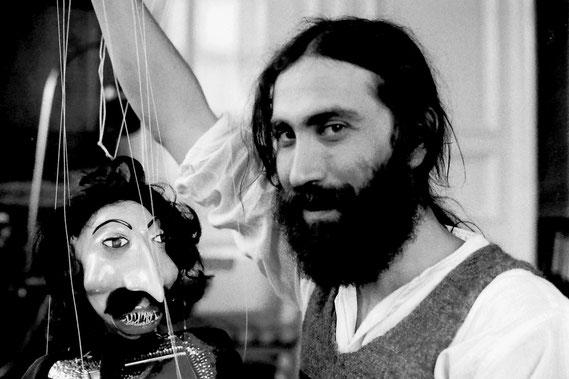 Amador Vallina mit einer seiner Theater-Marionetten