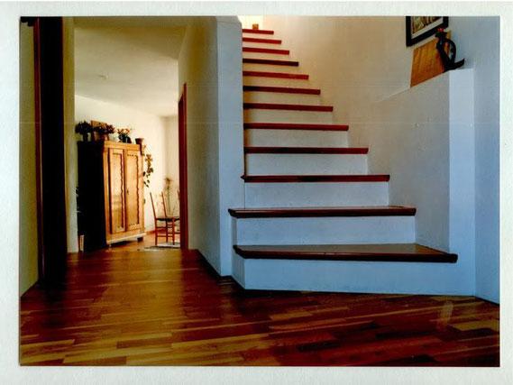 Eine schöne Holztreppe, die wieder stabil und nutzbar ist