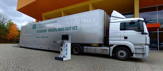 Demonstrator vor dem Future Truck der TU Chemnitz