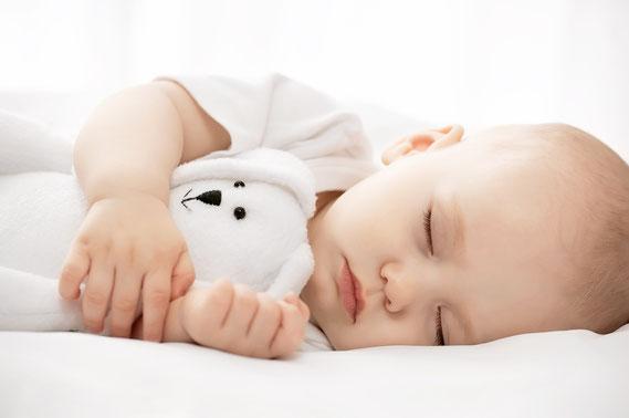Bébé endormi, paisible avec son doudou sous le bras