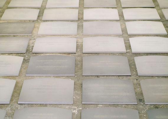 Heterotopien  (Detail) Kunstharz, Steinmehl, Ölfarbe auf MDF je 38 x 40 cm / 72 Tafeln auf dem Boden installiert / Gesamtabmessung 570 x 290 cm