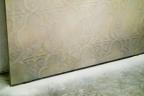 Stele 2013 (Detail) Bestäubung der Bildoberfläche mit Steinmehl (Bildung eines Pigmenthofes auf dem Boden), Lichtillusion (materialisiertes Licht)