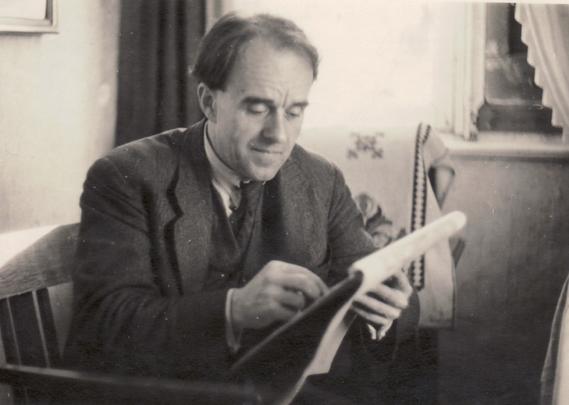 Erwin Bowien beim Zeichnen in Kreuzthal-Eisenbach, 1945