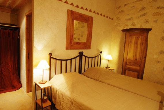 Située à l'étage et exposée au sud, elle possède 2 lits jumeaux de 90,  une salle d'eau avec douche à l'italienne et plan vasque en tadelakt , WC