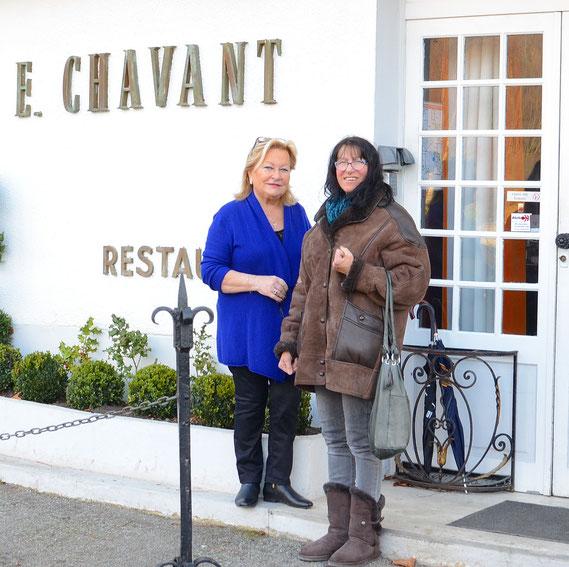 """Mlle Danièle Chavant en compagnie de Christine devant le berceau de la """"Caille Emile Chavant"""""""