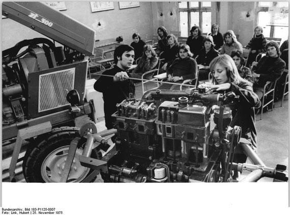 """Langenstein, Ausbildungsklasse zum Agrotechniker Fotograf: Link, Hubert 1975  """"ADN-ZB Link 25.11.75 Bez. Magdeburg"""