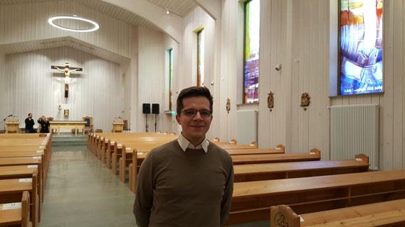Marius Retka kurz vor der Weihe in der neuen Jungfrau Maria Kirche in Södertälje