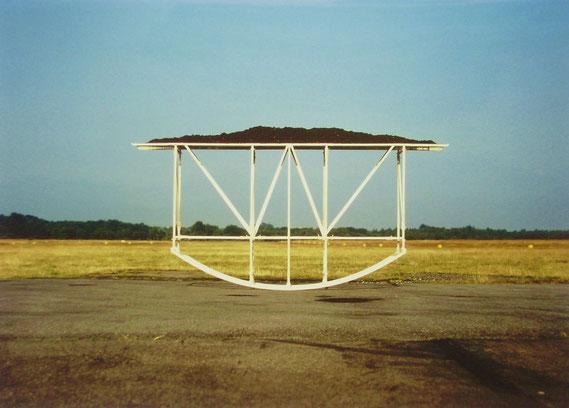 Erdenschaukel, 1994, Fichtenholz, Glas, Humuserde, Höhe 180 cm