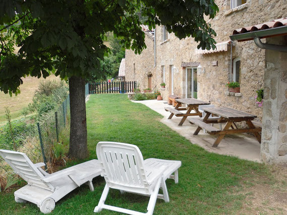 Jardin privatif Salon de jardin parasol Sieges bains de soleil Barbecue Vélos table de ping pong