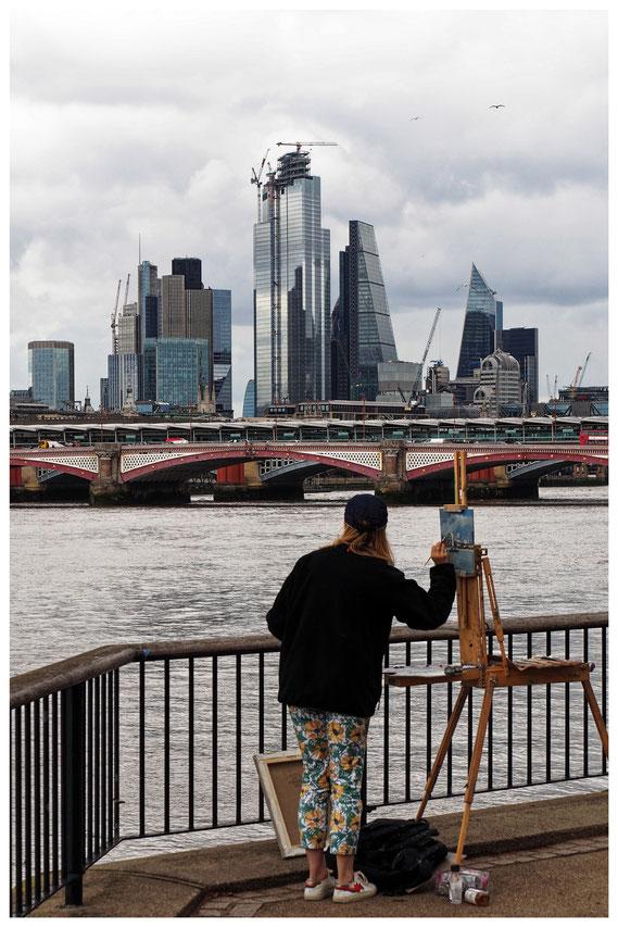 Malerin mit Blick über die Themse auf das Finanzzentrum von London