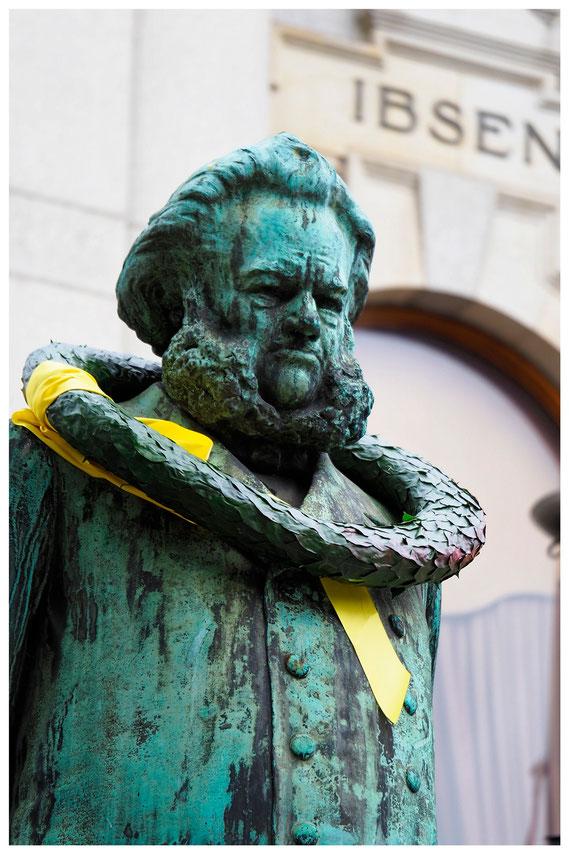 Statue von Henrik Ibsen vor dem Norwegischen Nationaltheater in Oslo