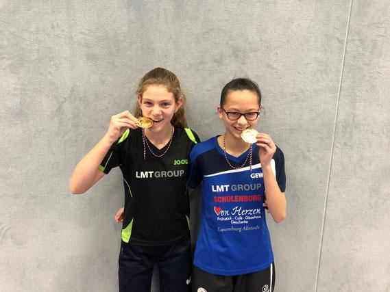 Gewannen Gold im Schülerinnen-A-Doppel: Die beiden zwölfjährigen Gymnasiastinnen Lenara Breyer (l.) und Haiyan Aye vom TSV Schwarzenbek.