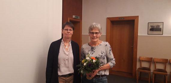 Die ausscheidende Beisitzerin Inge Jung erhält als Dank für ihre geleistete Arbeit eine kleine Blume von der 2. Vorsitzende Doris Marxsen überreicht