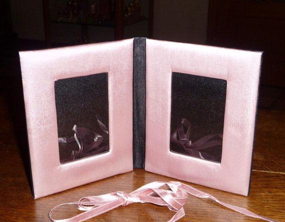 GUERLAIN - PORTE-PHOTOS EN SATIN ROSE, OFFERT LORS DU LANCEMENT DE L'INSTANT MAGIC