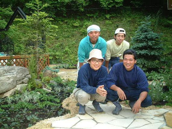 デザイナーになる前の修行中の柴垣。写真は2001年撮影。メガネをかけているのが柴垣です。地下足袋はいてますね!
