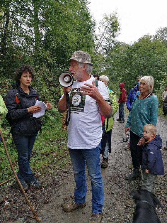 Deux organisatrices qui connaissent parfaitement la forêt, son rôle... des explications qui ont ravi la foule avide d'informations. 6 sept 2020 à Capvern- ACCOB 6 sept 2020 marche contre Florian à Capvern