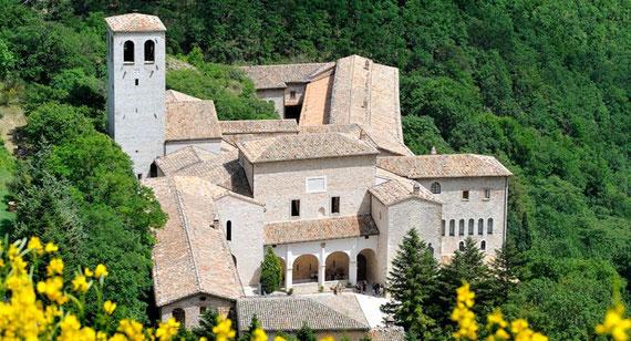Monastero di FONTE AVELLANA (Urbino) ai piedi del Monte Catria. Sarebbe molto bello andarci in bici