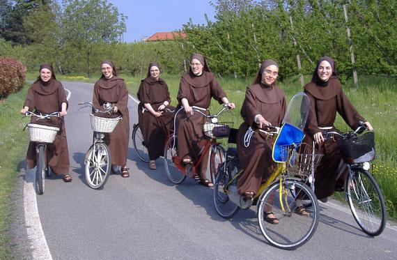 Suor Giorgia, Suor Maria Vittoria, Suor Elisa, Suor Chiara, Suor Lidia, Suor Erica in via Fossavecchia