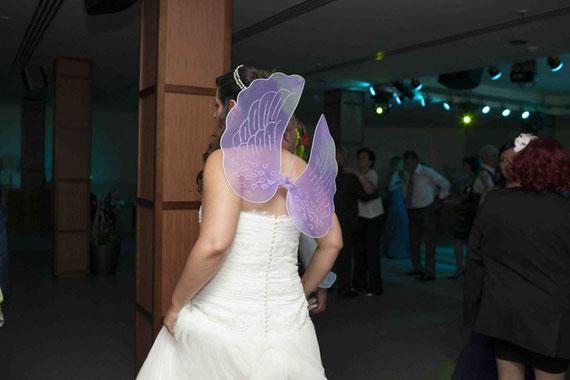 La novia disfrazada con alas..........