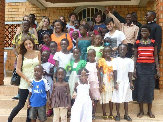 Österliches Eiermalen mit den Kindern vor der Kirche