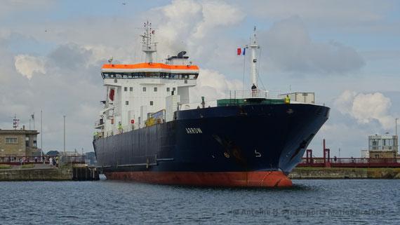 Arrow entering Saint-Malo's docks.