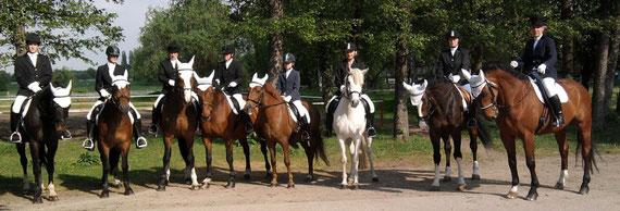 Reiter/innen des Vereins führten traditionell den Zug der Maibaumaufstellung an