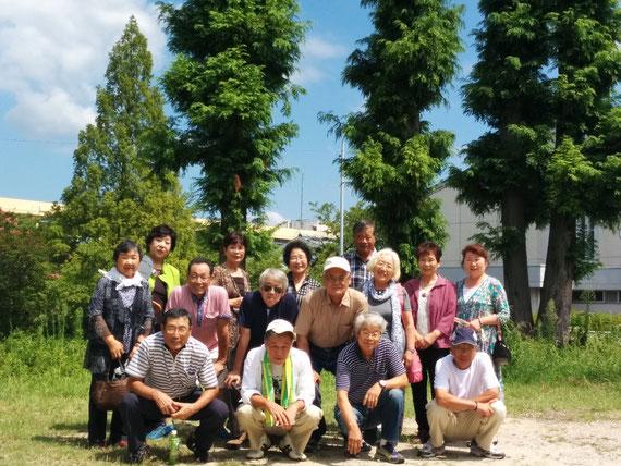 (篠岡小卒業記念植樹(メタセコイア)前での記念撮影。 写っていないのは以下の12人です。)