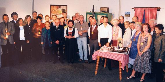 Ensemble-Foto des Karl-Theaters anlässlich des 20-Jahresjubiläums im Jahr 2000