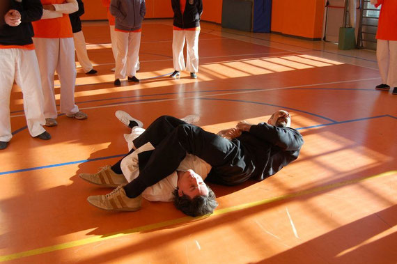 Un po' di MMA, Juji gatame addomesticato, nel caso si finisse a terra...