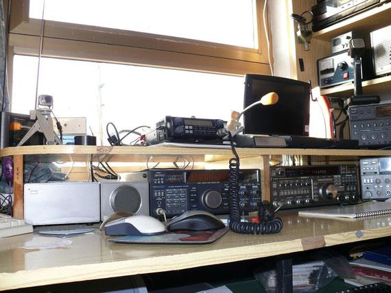 Da destra Ft 736R - Kenwood Ts 790 + alt.alimentatore-comp.port.-Standard 5608 Cont.