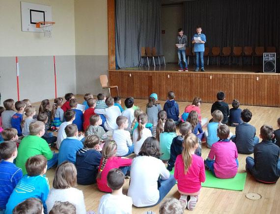 Zwei Schüler präsentieren ihre Ergebnisse