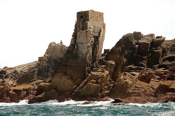 Soubassement en béton, Le bras métallique permettait à la cloche d'être immergée quelle que soit la hauteur d'eau, les jours de tempête ou de forte houle le bruit des vagues sur les rochers devait couvrir le son de la cloche (Photo Michel Thevenet)