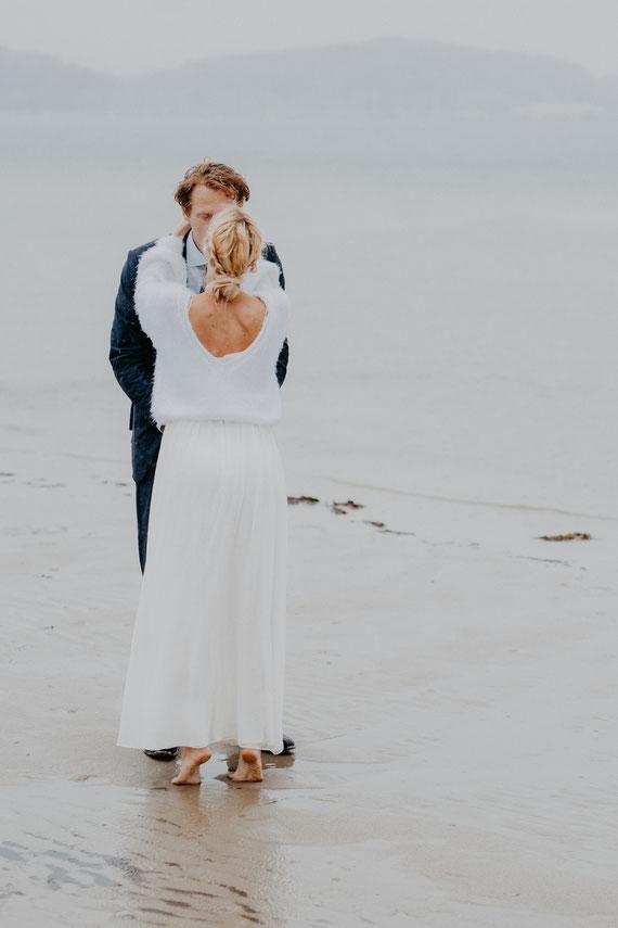 Heiraten an der Elbe in Hamburg mit Blumenkranz