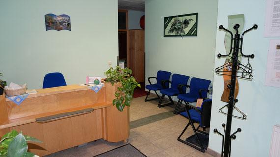 Eingangsbereich mit Empfang und Wartebereich