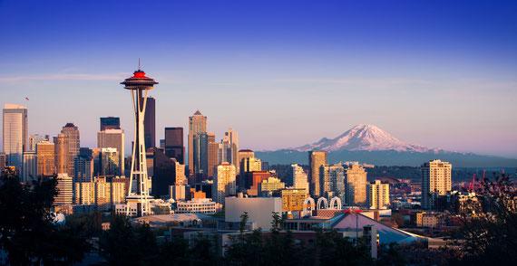 Die Skyline von Seattle, Washington. Mit blauem Himmel.