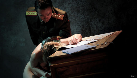 """Véronique PICCIOTTO et Anatole THIBAULT dans """"à nu""""adaptation et mise en scène Marc SAEZ / photo David KRÜGER"""